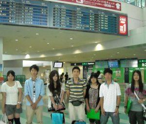 空港にて夏休み留学に参加するお客様