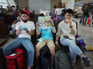 仁川空港で待つ3人