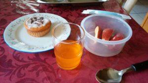 カナダの朝食、ケーキと果物